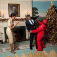 Noël 2009 à la Maison Blanche... Barack Obama et Michelle dansent avec un lutin du Père Noël !