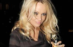 La torride Pamela Anderson à la sortie d'une représentation... a encore des forces pour la fête !