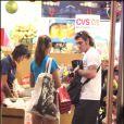 Christian Vieri et sa ravissante épouse Melissa Satta, en séance shopping dans la boutique Victoria's Secret de Miami, en Floride, le 27 décembre 2009.