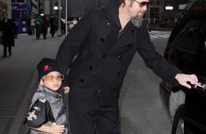Brad Pitt le barbu et ses fils Pax et Maddox s'éclatent... avec un singe géant !