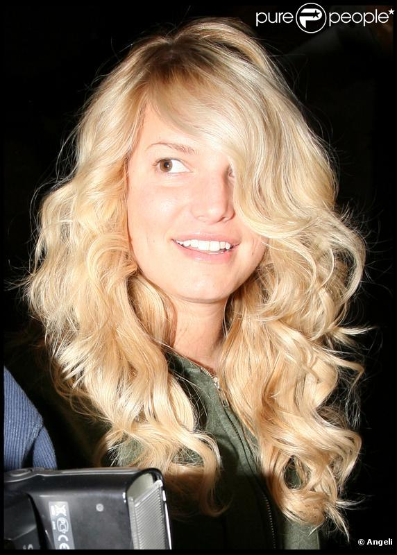Jessica simpson sortant d 39 un salon de coiffure d 39 hollywood - Salon de coiffure usa ...