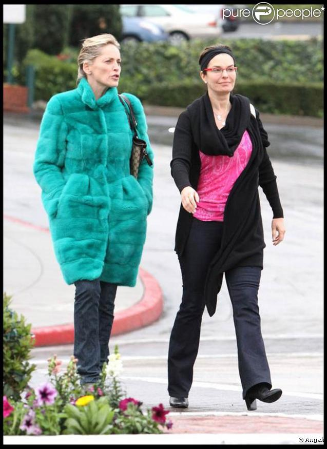 La belle Sharon Stone et sa copine Jeanne Tripplehorn, à la sortie du Cafe Med d'Hollywood, à Los Angeles, en janvier 2010.