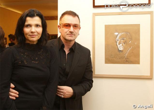 Bono et sa femme devant le portrait réalisé par le chanteur en hommage au peintre défunt