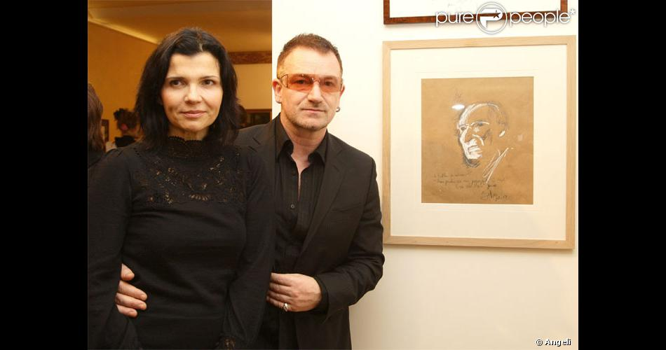 bono et sa femme devant le portrait r alis par le chanteur en hommage au peintre d funt. Black Bedroom Furniture Sets. Home Design Ideas