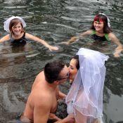 Regardez ce couple se marier nu dans une rivière glacée !