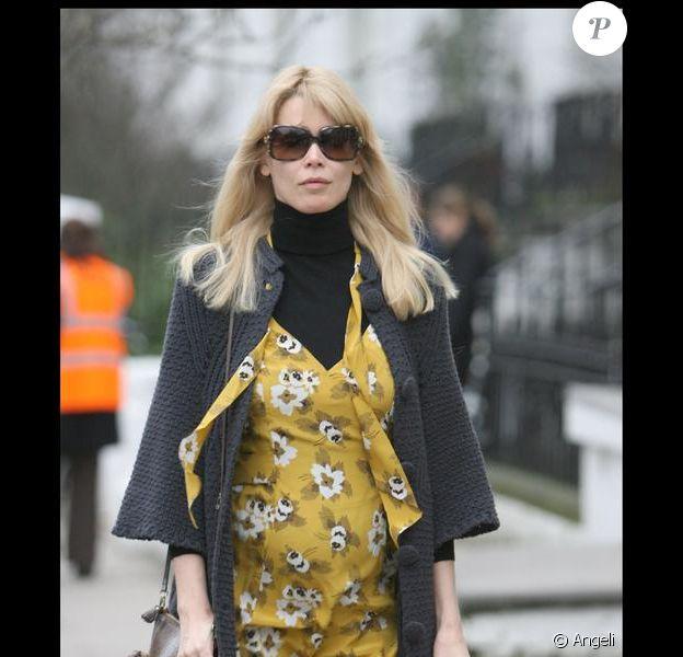 Claudia Schiffer dans les rues de Londres avec son ventre arrondi. Le 21 janvier 2010