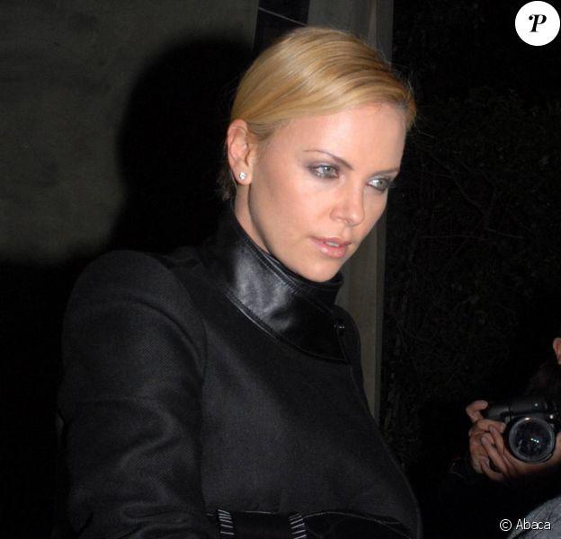 Charlize Theron porte une robe noire très élégante à la sortie du restaurant Spago après y avoir diné avec sa mère à Beverly Hills le 27 janvier 2010