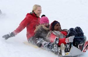 La princesse Mette-Marit de Norvège : Rires, gadins et un sérieux penchant pour... le barbecue dans la neige !