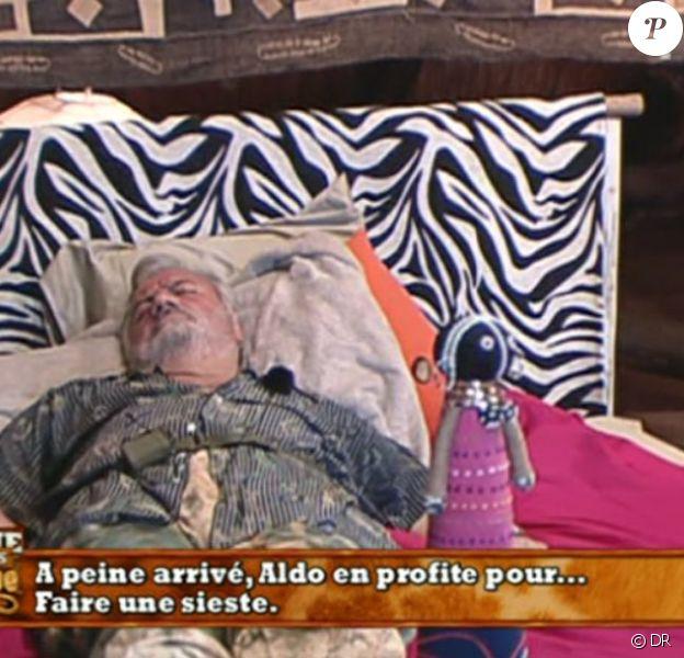 A peine rentré à la Ferme, Aldo recommence à faire ce qu'il fait de mieux : dormir !