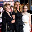 Shirley MacLain, Julia Roberts et Emma Roberts lors de la première de Valentine's Day à Los Angeles le 8 février 2010