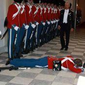 Ce garde royal s'évanouit en pleine réception... et personne ne bronche !