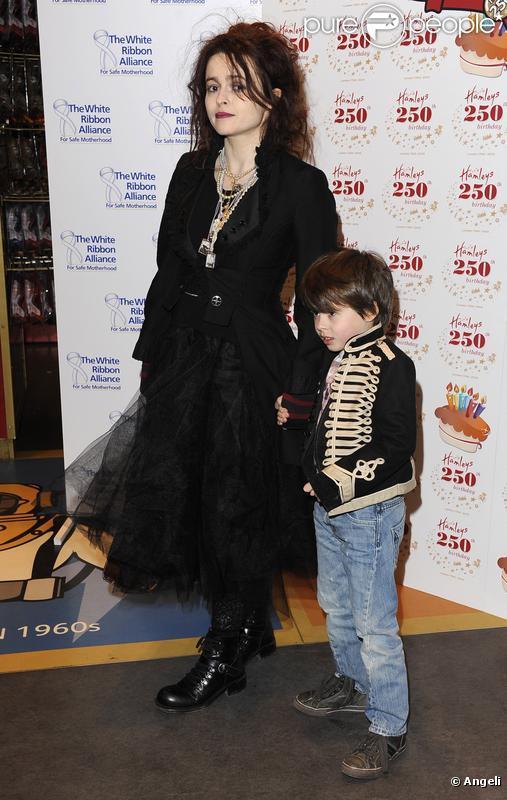 Helena Bonham Carter et son fils Billy Ray au 250ème anniversaire de Hamleys à Londres le 11 février 2010