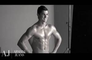 Regardez Cristiano Ronaldo se déshabiller et vous dévoiler... son corps parfait et huilé ! So sexy !