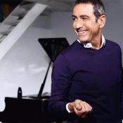"""Alain Chamfort, drôle et si émouvant pour son magnifique hommage à Saint Laurent... Regardez le clip """"A la droite de Dior"""" !"""