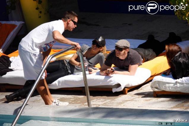AnnaLynne McCord et Kellen Lutz profitent d'une après-midi ensoleillée sur le bord de leur piscine de leur hôtel à l'occasion du Super Bowl à Miami