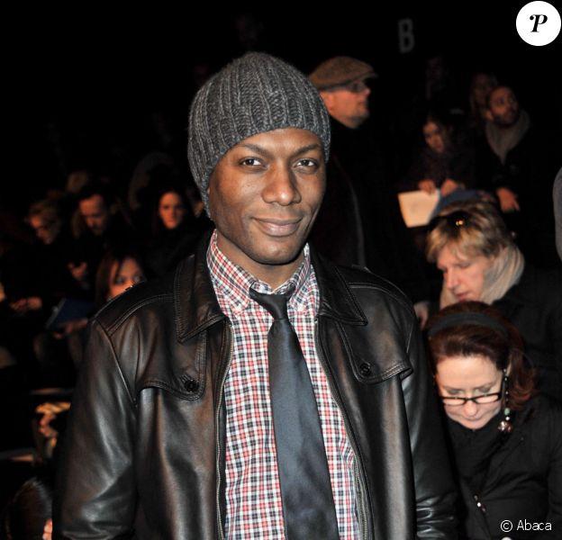 Bonnet, veste en cuir... Harry s'est fait beau pour la collection de prêt-à-porter Automne Hiver 2010/2011 de Karl Lagerfeld (7 mars 2010, Paris)