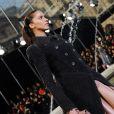 Noémie Lenoir au défilé Louis Vuitton le 10 mars à Paris