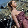 Elle Macpherson au défilé Louis Vuitton le 10 mars à Paris