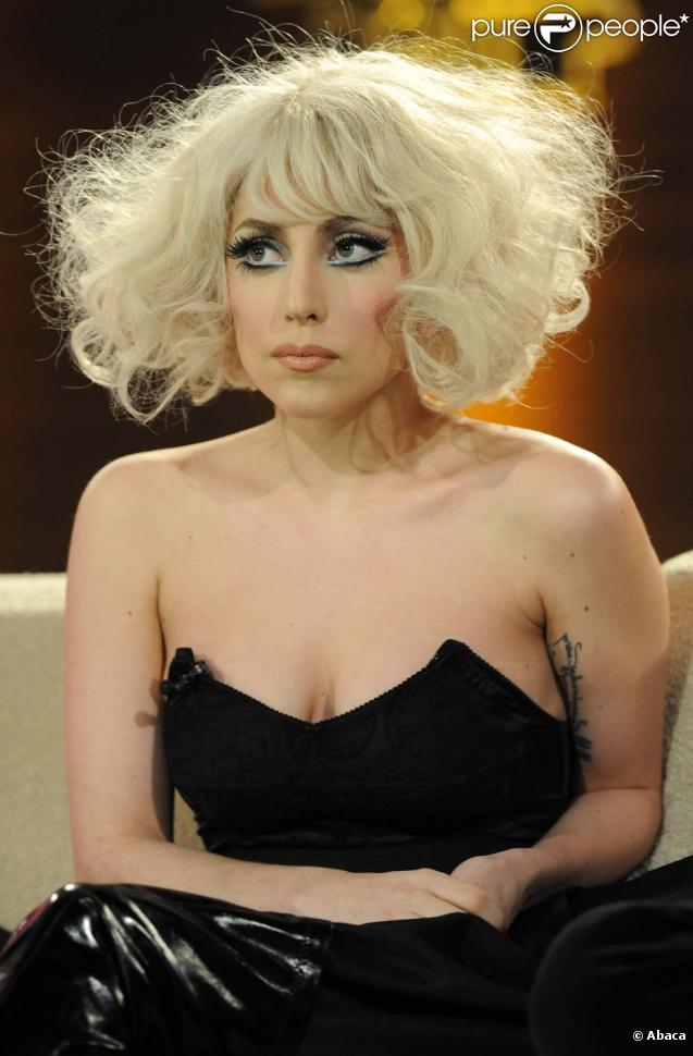 regardez lady gaga victime d 39 un gros coup de fatigue en plein concert. Black Bedroom Furniture Sets. Home Design Ideas