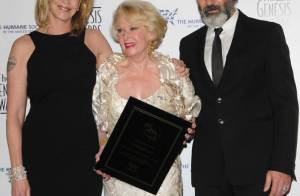Melanie Griffith sublime dans une robe dos nu avec son Antonio Banderas... pour un hommage à sa mère Tippi Hedren !