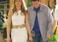 Jennifer Aniston moulée dans une robe très courte... exhibe ses jolies gambettes au côté d'Adam Sandler !