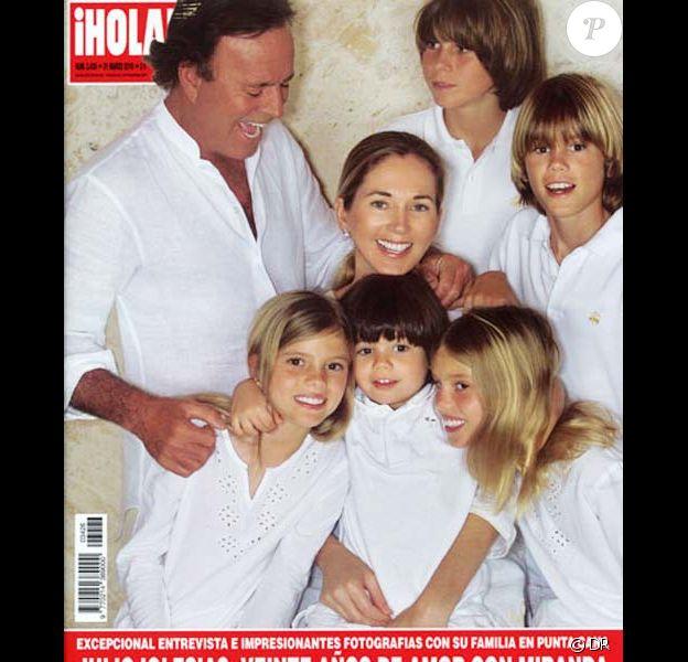 Julio Iglesias en couverture de Hola avec sa compagne Miranda et leurs cinq enfants