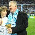 Didier Deschamps fête la victoire de l'Olympique de Marseille en finale de la Coupe de la Ligue en compagnie de son fils
