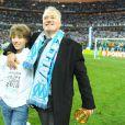 Didier Deschamps fête la victoire de l'Olympique de Marseille en finale de la Coupe de la Ligue avec son fils