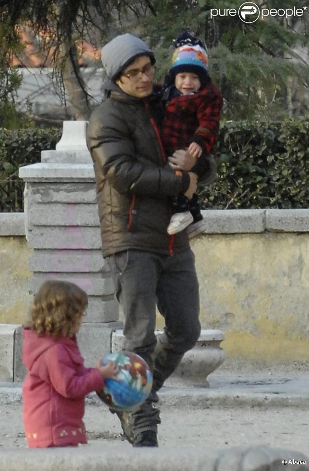 Gael Garcia Bernal se promène avec sa compagne Dolores Fonzi et leur fils Lazaro à Madrid le 13 mars 2010