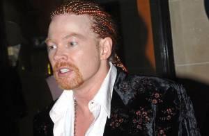 Regardez Axl Rose, de Guns N' Roses, se faire jeter des bouteilles en plein concert... Il n'est pas content !
