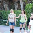 Michelle Hunziker et sa fille Aurora se ressemblent énormément question morphologie. Elles font du roller à Miami. Avril 2010