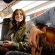 Camélia Jordana se veut très proche du public : ce concert sauvage est l'occasion de rencontrer les potentiels clients de son premier album éponyme.