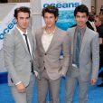 Les Jonas Brothers assistent, samedi 17 avril, à l'avant-première du film Oceans de Jaques Perrin, à Los Angeles.