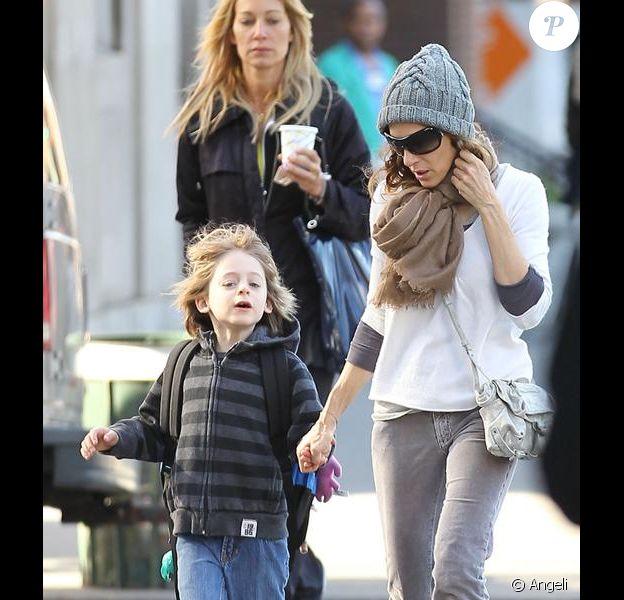 Sarah Jessica Parker emmène son fils James Wilkie à l'acole dans les rues de New York le 19 avril 2010