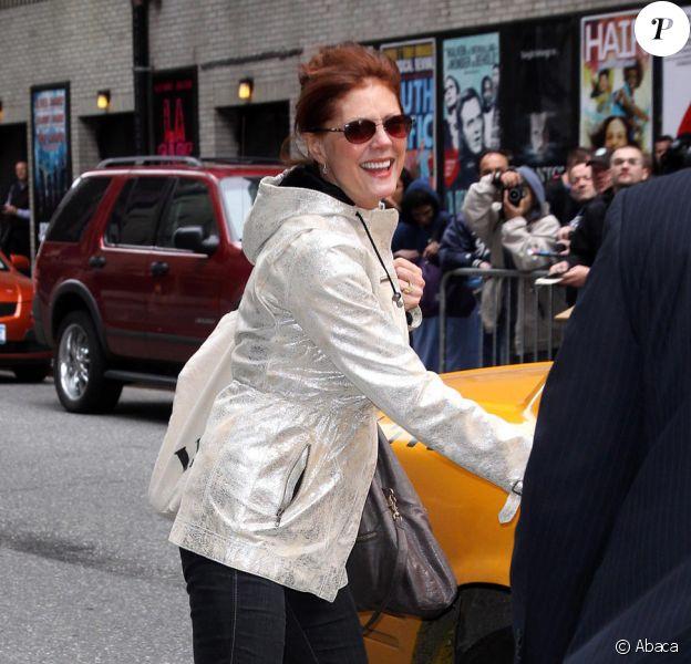 Susan Sarandon quittant le Ed Sullivan Theatre juste après avoir vu son fils faire une performance pour le Late Show à New York le 28 avril 2010