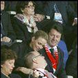 Albert de Monaco très attentionné avec sa Charlene le 1er mai 2010 au match Monaco/PSG !