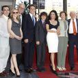 Julia Louis-Dreyfus prend la pose en famille lors de l'inauguration de son étoile sur le Walk of Fame le 04 mai 2010 à Hollywood