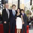 Julia Louis-Dreyfus au côté de son mari Brad Hall et de leurs deux fils Charles et Henry lors de l'inauguration de son étoile sur le Walk of Fame le 04 mai 2010 à Hollywood