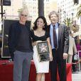 Julia Louis-Dreyfus pose au côté de Larry David et Warner Bros lors de l'inauguration de son étoile sur le Walk of Fame le 04 mai 2010 à Hollywood