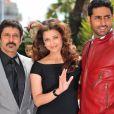 Aishwarya Rai et son époux Abhishek Bachchan présentent le film Raavan, au 63e festival de Cannes. Vikram est également à leurs côtés. 17/05/2010