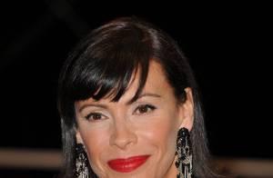 Cannes 2010 - Mathilda May : Changement de style pour une seconde montée des marches flamboyante !