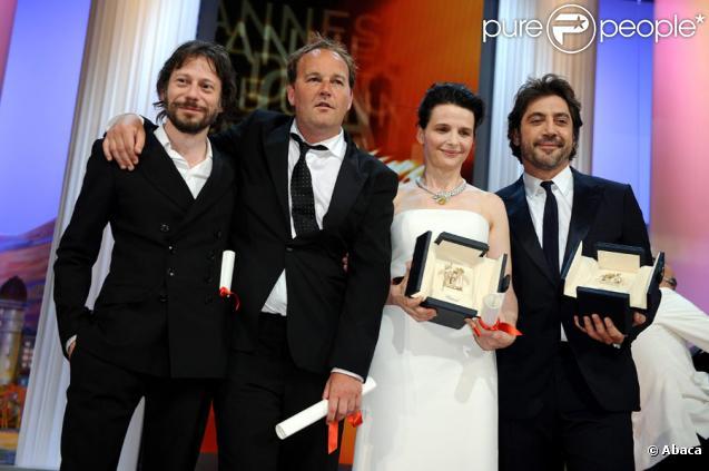 Mathieu Amalric, Xavier Beauvois et Juliette Binoche et Javier Bardem lors de la cérémonie de clôture du 63e festival de Cannes le 23 mai 2010