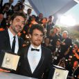 Javier Bardem et Elio Germano, prix d'interprétation ex aequo (respectivement pour Biutiful et La Nostra Vita), après la cérémonie de clôture du 63e festival de Cannes le 23 mai 2010