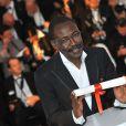 Mahamat Saleh Haroun et son prix du jury pour L'Homme qui crie après la cérémonie de clôture du 63e festival de Cannes le 23 mai 2010