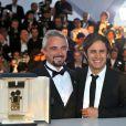 Gael Garcia Bernal et le lauréat de la Caméra d'or, Michael Rowe pour Année Bissextile, après la cérémonie de clôture du 63e festival de Cannes le 23 mai 2010