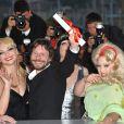 Mathieu Amalric et ses actrices après la cérémonie de clôture du 63e festival de Cannes le 23 mai 2010