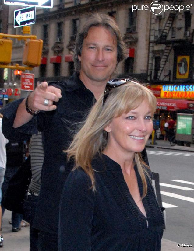 John Corbett et Bo Derek se promènent en amoureux à New York le 23 mai 2010