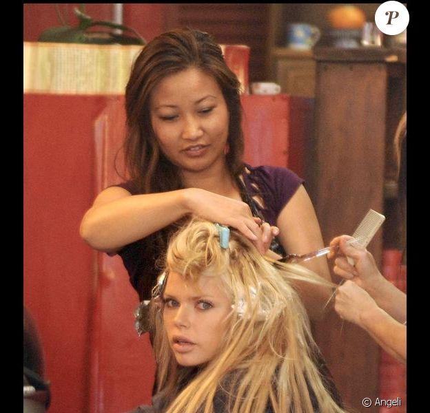 Sophie Monk chez le coiffeur, le 25 mai 2010 à Los Angeles