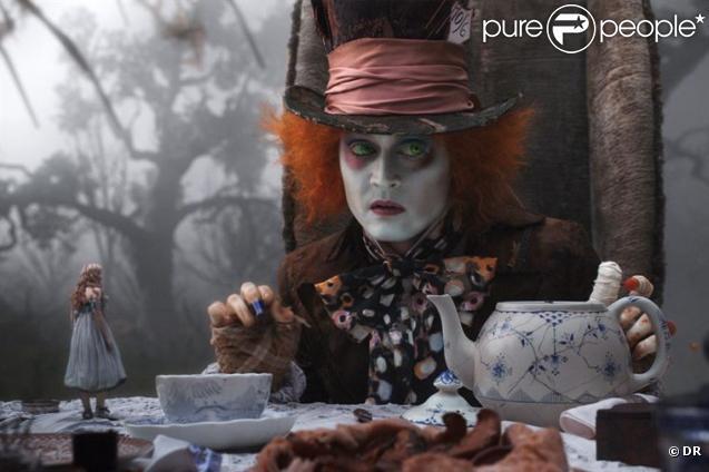 Des images d' Alice au Pays des Merveilles , qui vient de passer la barre du milliard de dollars de recettes mondiales.
