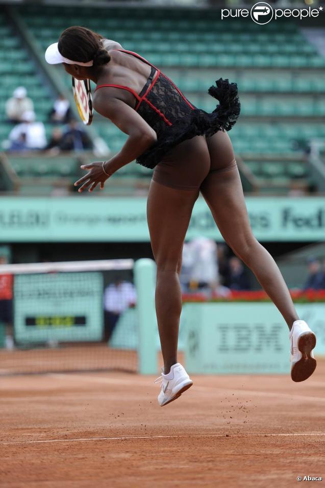 Venus Williams et les années 2000 : 10 ans de looks en courts complètement fous, fashion, bariolés, osés et courts évidemment ! Ici à Roland-Garros 2010.